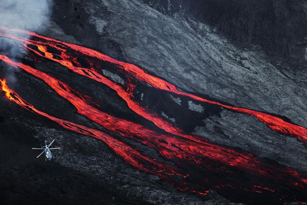 afp.15.05.17. - Piton de la Fournaise, Franciaország: helikopter a Piton de la Fournaise vulkán felett - 7képei