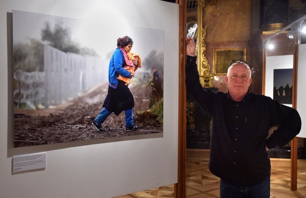 mti.16.09.22 . - A Pulitzer-díjat nyert Balogh László, a Reuters fotóriportere a menekültválságról készített fotósorozatának egyik képe mellett a World Press Photo kiállítás megnyitóján a Néprajzi Múzeumban 2016. szeptember 22-én Balogh László, Reuters, W