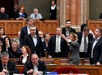 Így tört ki a botrány a Parlamentben - videó