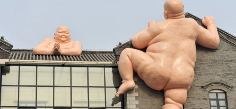 Meztelen Buddha szoborral marketingel egy kínai gyorsétterem