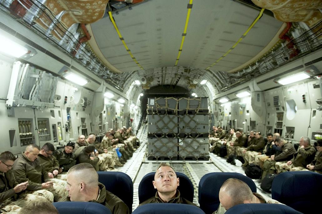 mti.16.05.18. - Pápa - Marazi-Sarif: Afganisztánba utazó magyar katonák egy Pápáról Mazari-Sarifba tartó C-17-es repülőgép fedélzetén - 7képei