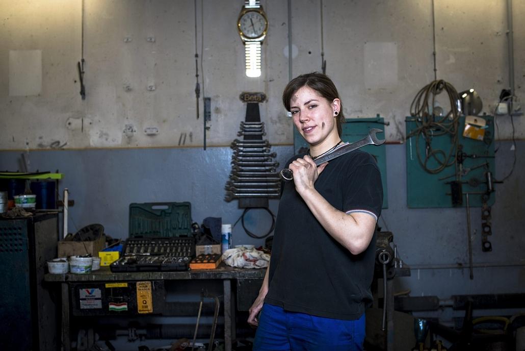 mti.16.03.07. - nemzetközi nőnap - Janzsó Adrienn autószerelő