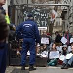 Fotó: tüntetnek a Fidesz-székházban