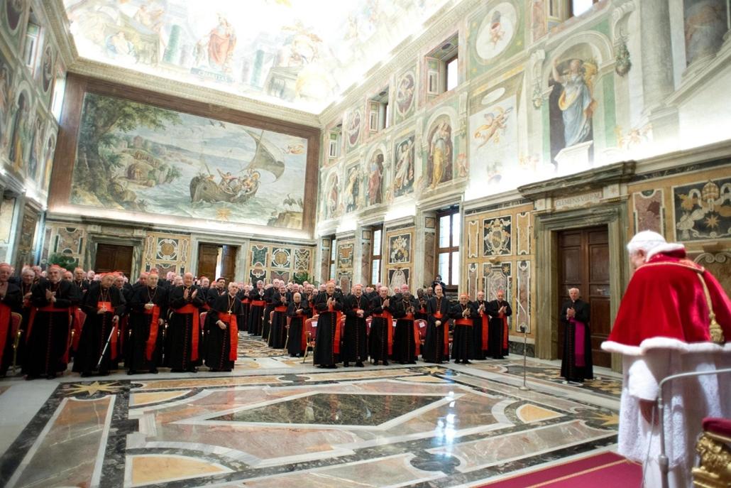 Lemond a Pápa, XVI. Benedek Pápa,Vatikánváros, 2013. február 28. A L'Osservatore Romano által közreadott képen XVI. Benedek pápa (j) elbúcsúzik a bíborosoktól a vatikáni Kelemen-teremben 2013. február 28-án, mielőtt este lemond.