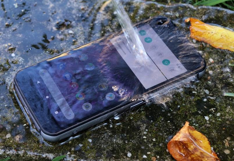A telefon, ami akkor sem jön zavarba, ha 180 centiről acélra ejtjük
