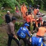 Száznál is többen vesztek oda az indonéziai és a kelet-timori áradásokban