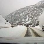 Több videó is készült, amikor egy lavina keresztülszáguldott egy autópályán