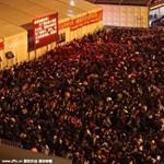Ilyen egy rendes közlekedési fennakadás: Kínában 100 ezren rekedtek egy állomáson