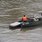 Vízirendőrök mentettek ki egy férfit és kutyáját az áradó Tiszából