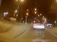 Zöld jelzésnél megállt a Porsche és megvárta, amíg mindenki pirosat kap - videó
