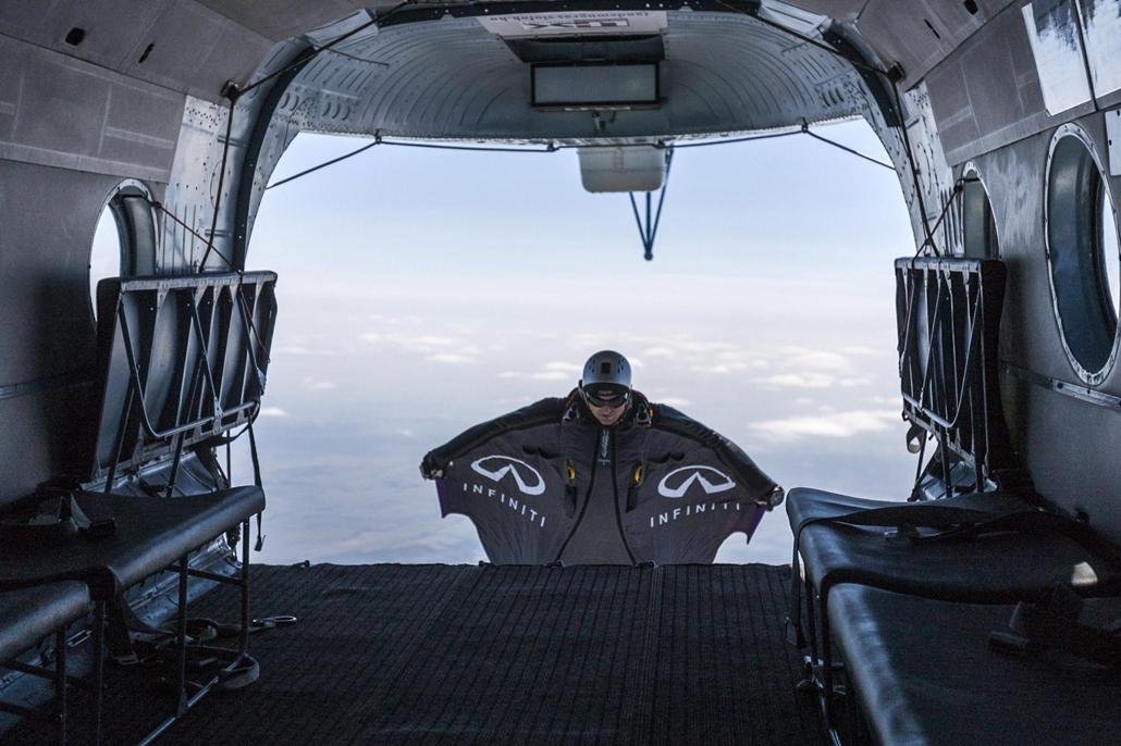 Egy versenyző kiugrik egy MI-8 típusú helikopterből az augusztus 13-19 között megrendezett Wingsuit Boogie szárnyas repülőruha fesztiválon és versenyen a Siófoki-Kiliti repülőtér felett 2012. augusztus 14-én. A verseny célja, hogy a speciális ruhát viselő