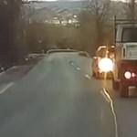 Tolatva közlekedett egy autó Bajnánál a főúton – videó