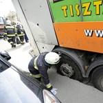 Fotó: Beszakadt az úttest egy kukásautó alatt Budán