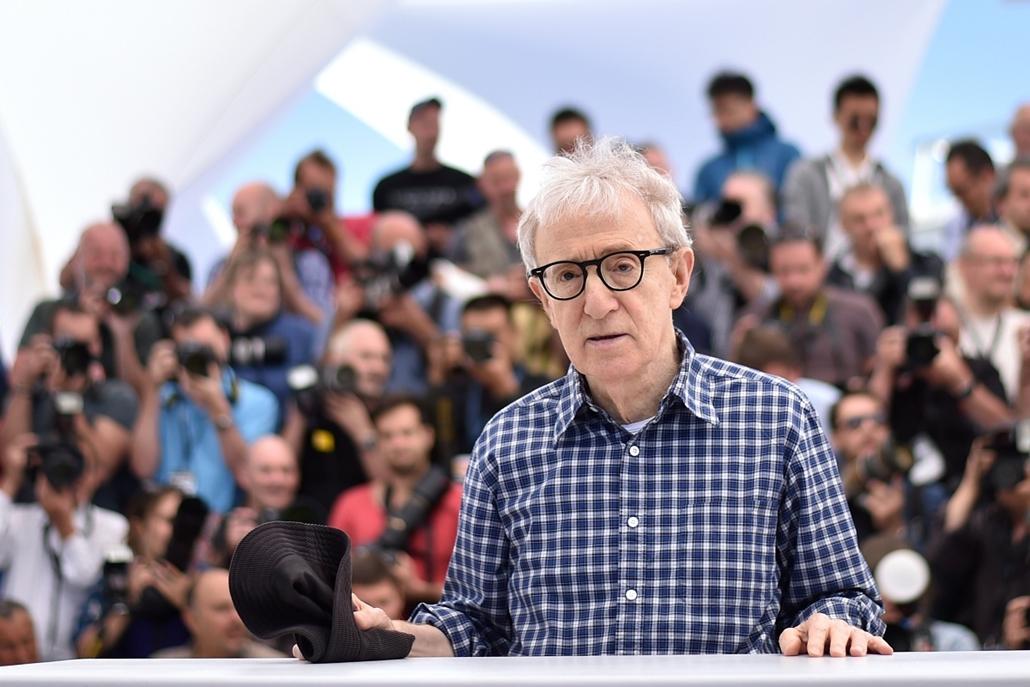 afp.15.05.15. - Cannes, Franciaország: Woody Allen az Abszurd alak (2015) stábfotózásán a 68. Cannes-i Filmfesztiválon - nagyítás