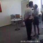 Óriási kamu a kínai főnök, akit az alkalmazottaknak meg kell csókolniuk