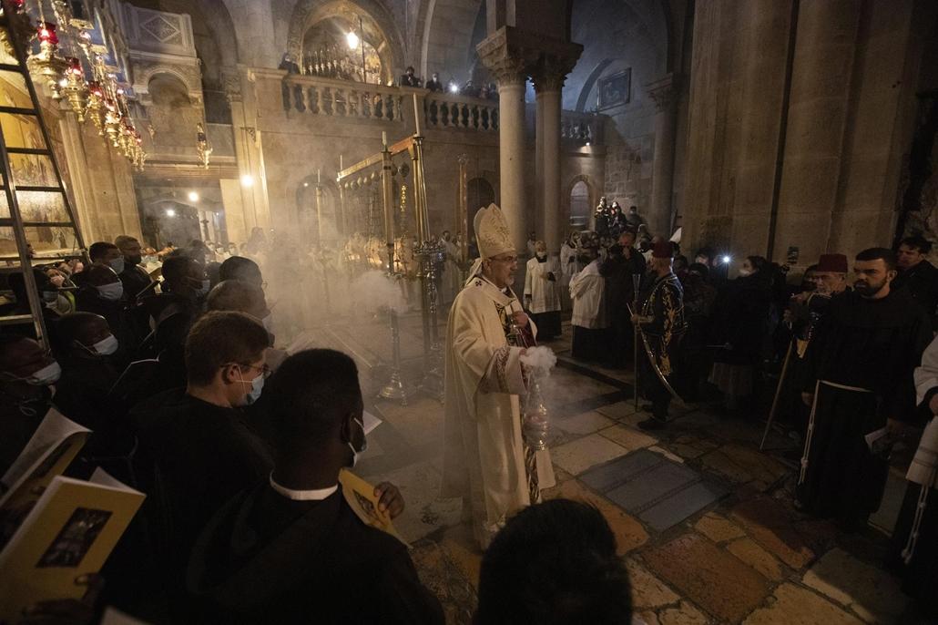 !AP! 210503ig! mti.21.04.03. Pierbattista Pizzaballa jeruzsálemi latin pátriárka a nagyszombati Húsvéti Vigília szertartást mutatja be a jeruzsálemi Szent Sír-templomban 2021. április 3-án.