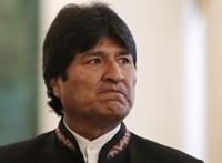 A lemondott bolíviai elnök szerint megtámadták a házát és le akarják tartóztatni