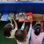 Itt az ingyentankönyv, mégis sokat költenek rá a szülők