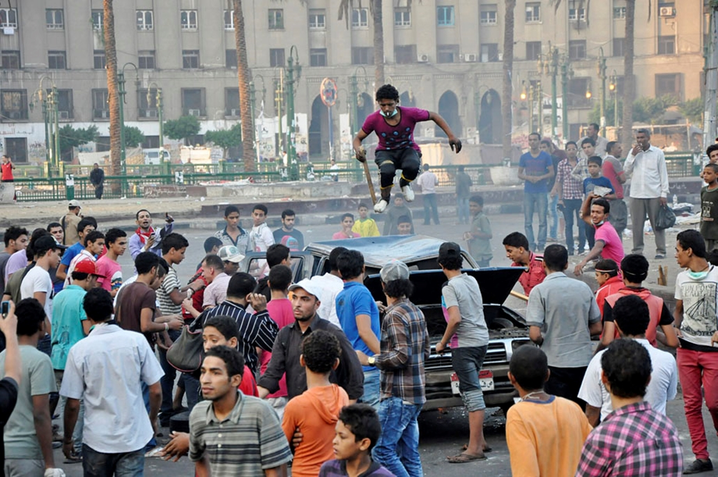 Egyiptomi tüntető ugrál egy autón Kairóban , arab világ, tüntetések, mohammed próféta