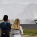 Vízfüggönnyel fogadták a tűzoltók a német turistákat Sármelléken